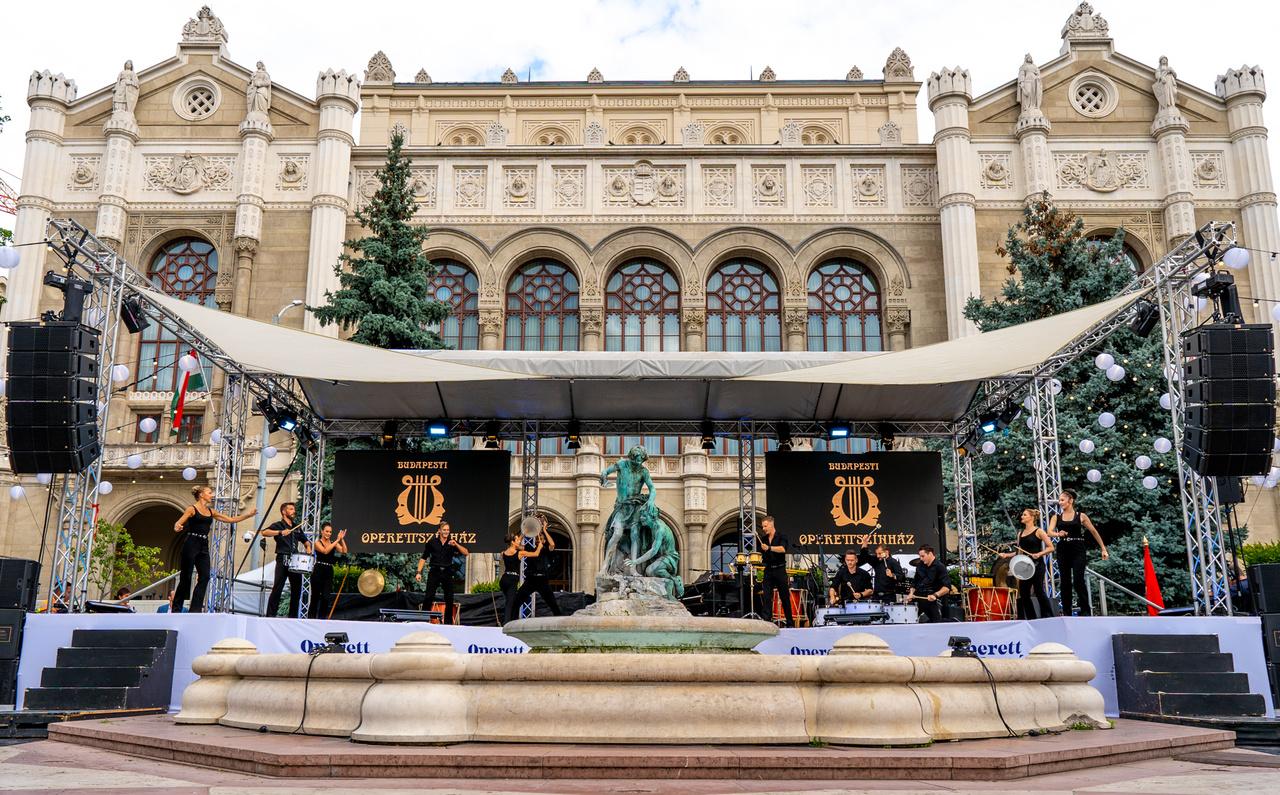 A kulináris élmények után átsétáltunk a Vígadó térre, ahol a Budapesti Operettszínház sztárjai adtak elő közönségkedvenc műveket. A Vörösmarty téren átélt gasztrovonalat itt is folytathattuk, hiszen kiváló pezsgőket, proseccókat, cavákat, champagne-okat kóstolhattunk.