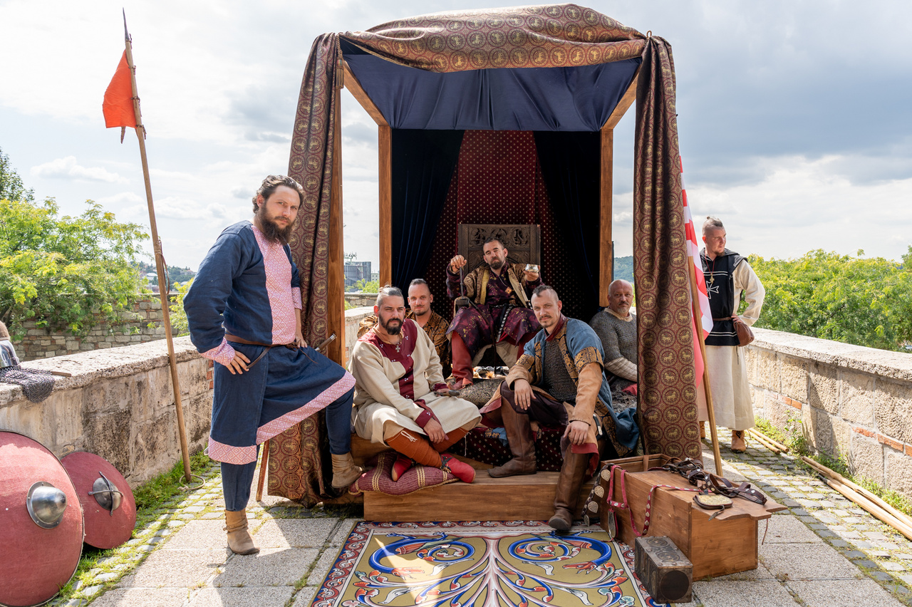 A komolyzenei élmények után ellátogattunk a Budai várba, ahol a Hősök útja nevű program keretein belül interaktív kiállítások és jelenetek vezettek végig Magyarország történetének hét sorsfordító eseményén. Az egyes állomásokon korhű jelmezekbe öltöző hagyományőrzők és színészek elevenítik meg hazánk múltjának fontosabb pillanatait.