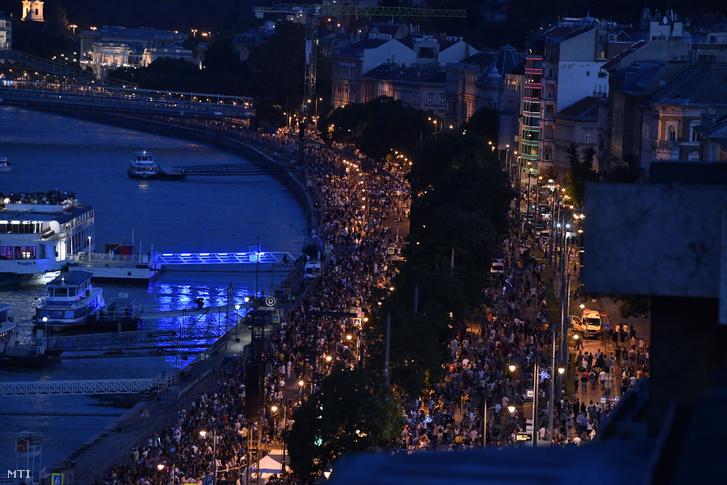Nézők gyülekeznek a budai rakparton az ünnepi tűzijáték előtt az államalapítás ünnepén, Szent István napján 2021. augusztus 20-án