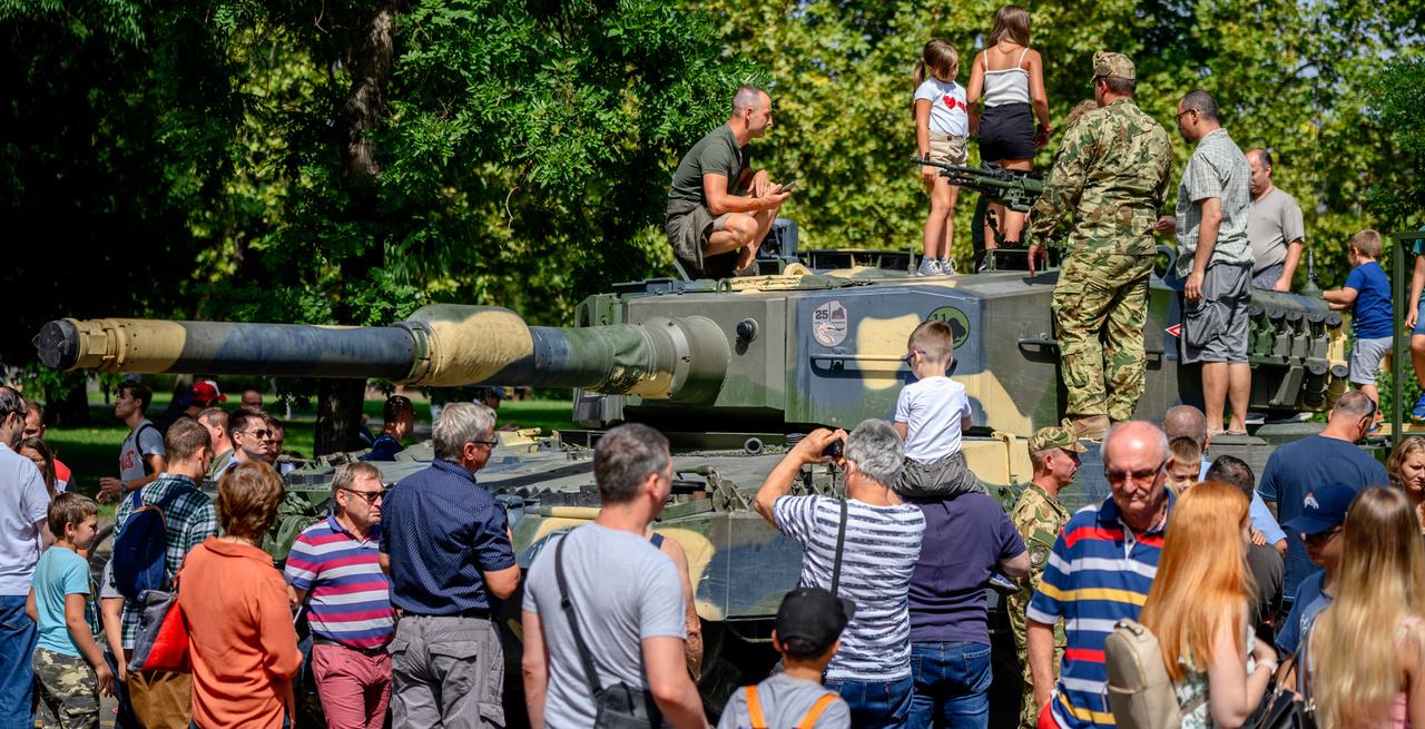 """A Városligetben """"állomásozott"""" a honvédség is. A látogatók különböző harckocsikat nézhettek meg, itt épp az új Leopard tankot szelídítik az érdeklődők."""