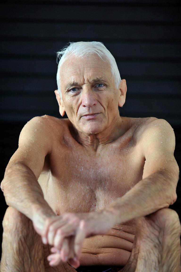 Szenior úszók                         Magyarországon a szenior úszóversenyeken bárki indulhat, aki betöltötte a 25. évét, de a versenyzők jellemzően sokkal idősebbek. Ők azt bizonyítják be, hogy nem csak fiatalon, hanem idősebb korban is lehet tenni az egészség megőrzéséért. Az úszók a versenyek után fiatalabbnak érzik magukat, jobb a közérzetük, elfelejtik gondjaikat. Büszkék a jóleső fáradtságra, és nem zavarja őket semmi. Darnay Katalin közvetlenül a versenyek után fotózta a szenior úszókat a budapesti Kondorosi úti uszodában.