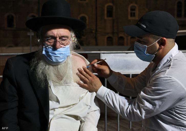 Beoltanak egy izraeli férfit a Pfizer–BioNTech koronavírus elleni vakcinájának harmadik adagjával 2021. augusztus 19-én