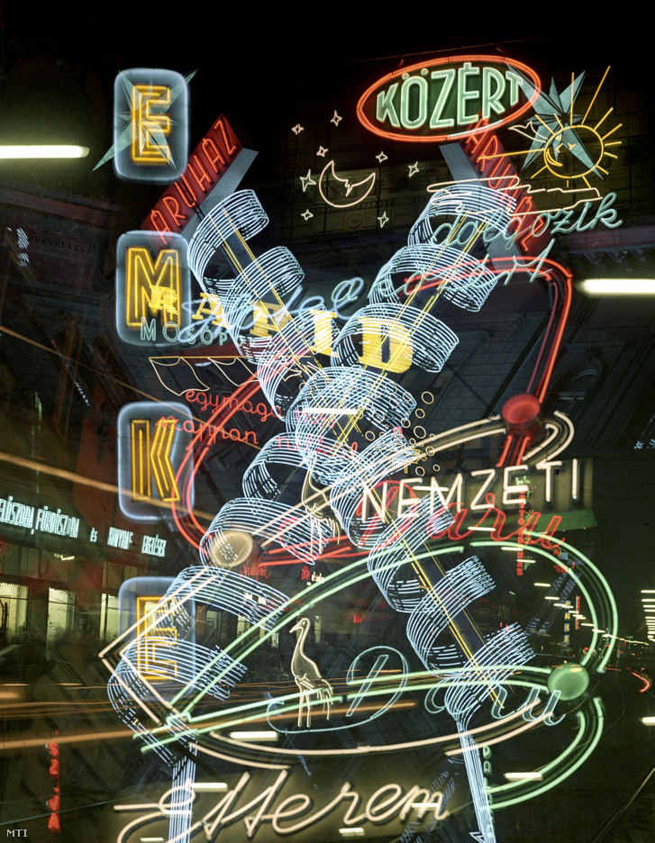 Neonreklámok kavalkádja az esti fővárosban. Balra a Rákóczi úton a Blaha Lujza térnél lévő Erdélyi Magyar Közművelődési Egyesület (EMKE) kávéházának éttermének reklámja - 1963