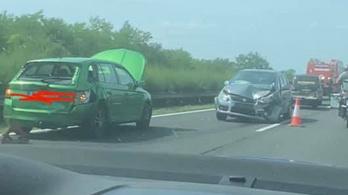 Három autó ütközött, 10 kilométeres a sor az M3-ason