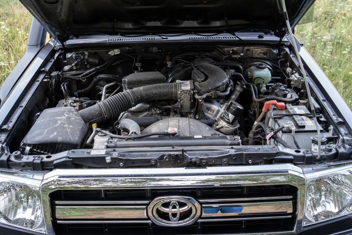 Sorhatos és V8 is befér ide, ez a szívó V6 egész mélyen bent hátul csücsül, ami jót tesz a súlypontnak - ez terepen fontos