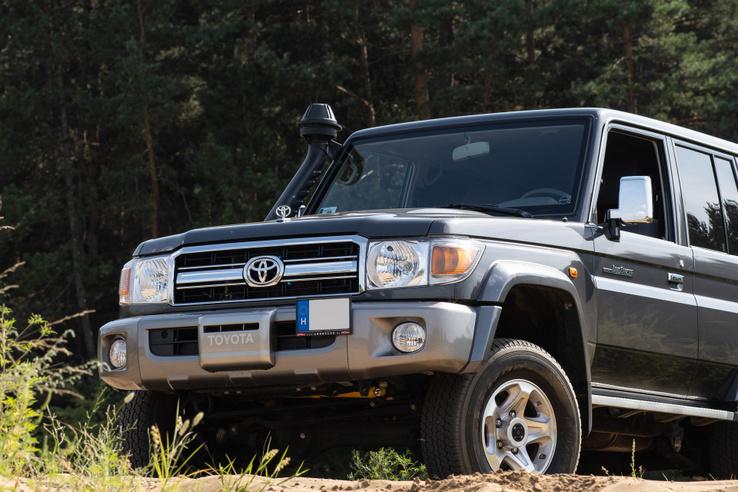 A lökhárító Toyota felirata mögött lakik a csörlő, gyárit is lehet kérni