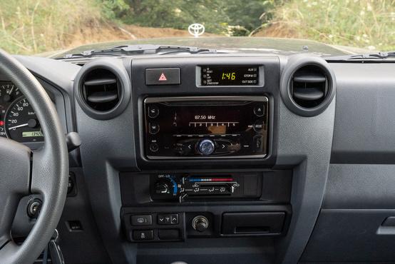 A két DIN méretű rádió helyére navigációs egység kérhető, felette a kvarcóra stoppert és időzítést is tud