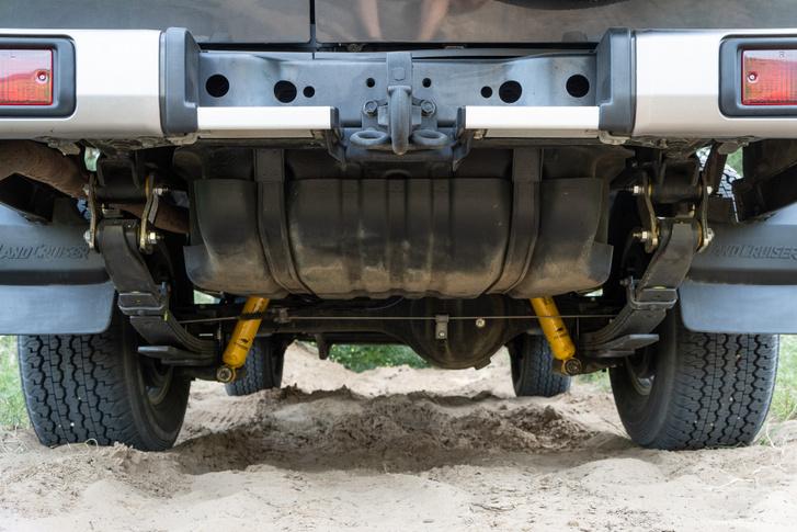A futómű emelt és minőségi elemekkel módosított, a tank 130 literes, vontatni viszont most csak katonai utánfutót tud. Például gulyáságyút