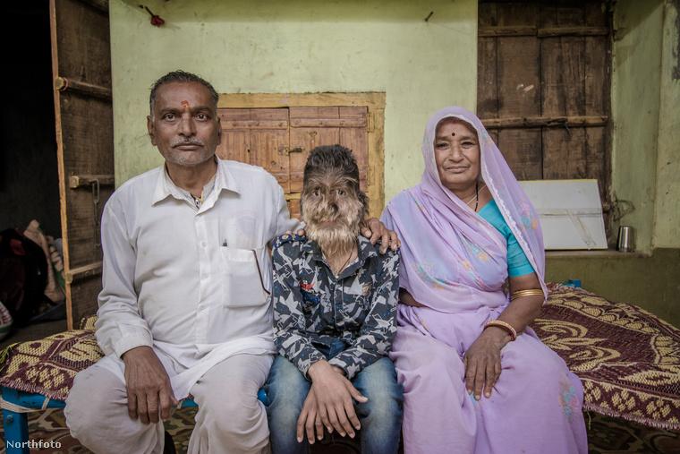 A fiút az apja, Bankatlal és az anyja, Parwatibai is mindenben támogatja