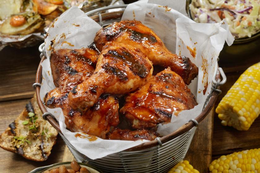 Pikáns, ragacsos csirkecombok egyenesen a tepsiből: fűszeres, omlós fogás