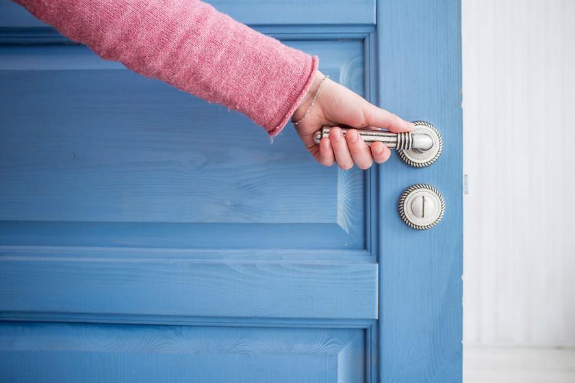 ajto-kilincs-kez