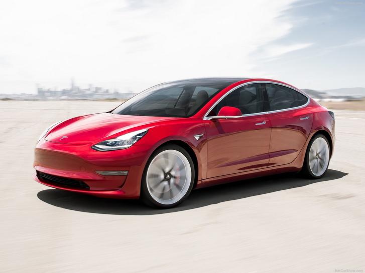 Ha nem is nagy előnnyel, de első félévi eladási eredményeivel a Tesla Model 3  letaszította trónjáról a BMW 3-as sorozatot
