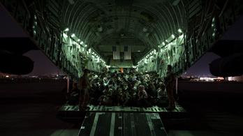 Tovább tart az evakuálás Afganisztánból, hadbíróság elé állítanák Bident
