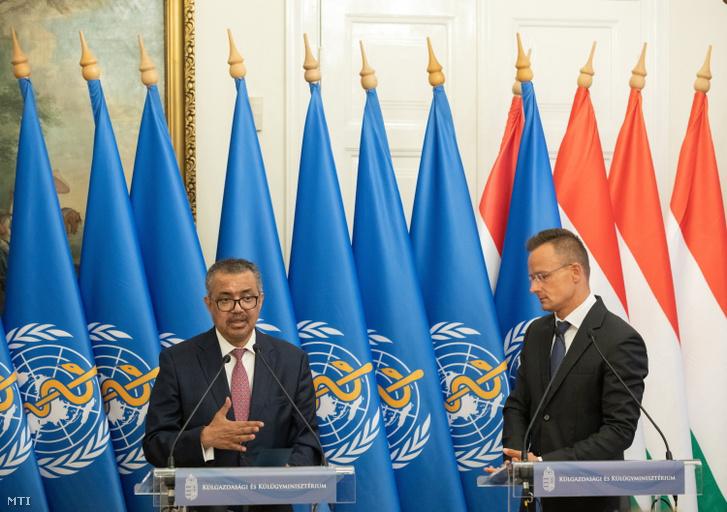 Szijjártó Péter külgazdasági és külügyminiszter (j) és Tedrosz Adhanom Gebrejeszusz, az Egészségügyi Világszervezet (WHO) főigazgatója sajtótájékoztatót tart megbeszélésük után a Külgazdasági és Külügyminisztériumban 2021. augusztus 23-án