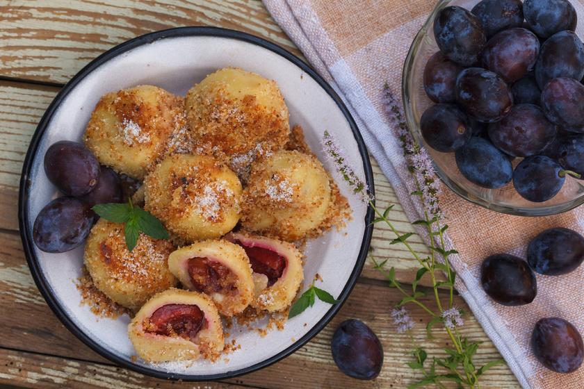 A házi szilvás gombóc sokkal jobb, mint a bolti. Ráadásul a krumplis tésztát könnyű elkészíteni. A siker egyik titka, hogy magas keményítőtartalmú, szétfővő krumplit válassz hozzá. Fahéjas cukorral megszórva kínáld.