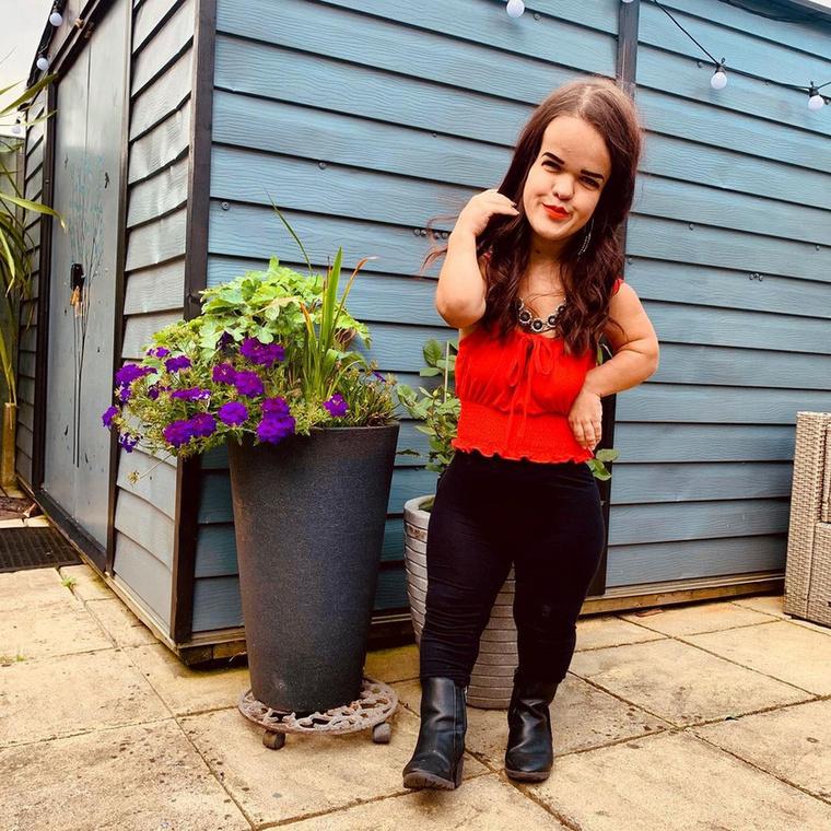 A 20 éves brit lány mindössze 111 centi magas, s bár mindig is úgy érezte, ez nem hátráltatja őt semmiben, ruhákat nehezen talált magának