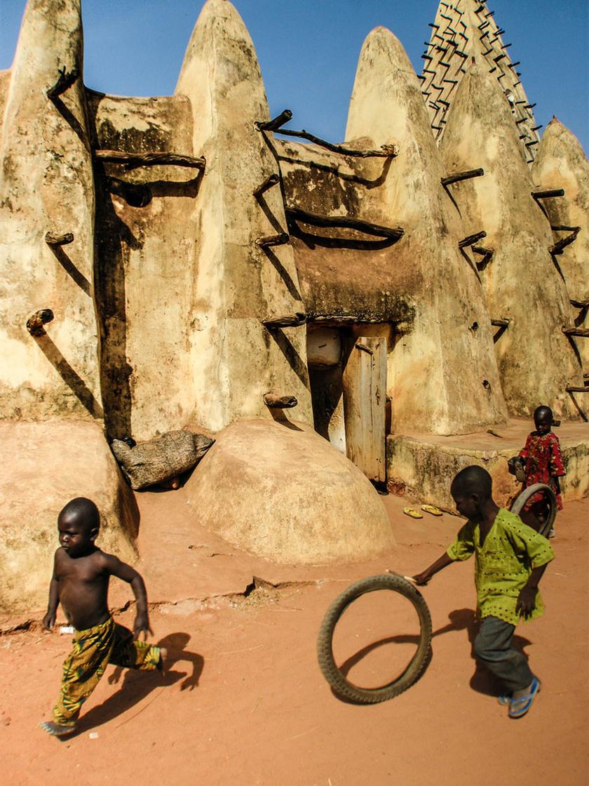 Nyugat-Afrikában, Burkina Fasóban a szegény sorsú gyerekek a használt gumikerékkel is önfeledten, vidáman játszanak.