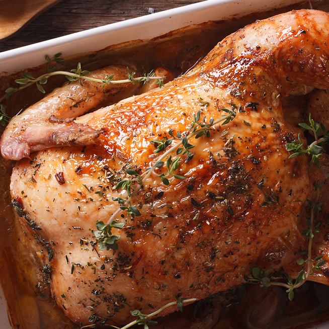 Így lesz igazán omlós az egészben sült csirke: az alaplé csodát tesz a hússal