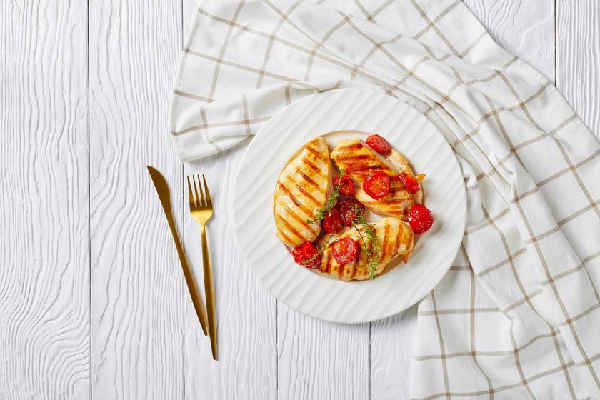 Paradicsommal sült, kakukkfüves csirkemell: grillen és sütőben is elkészítheted