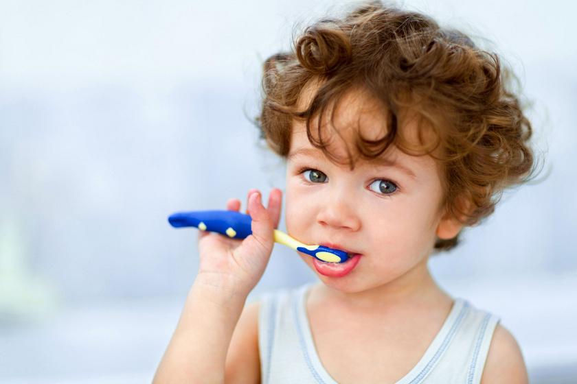kisgyerek-fogkefe