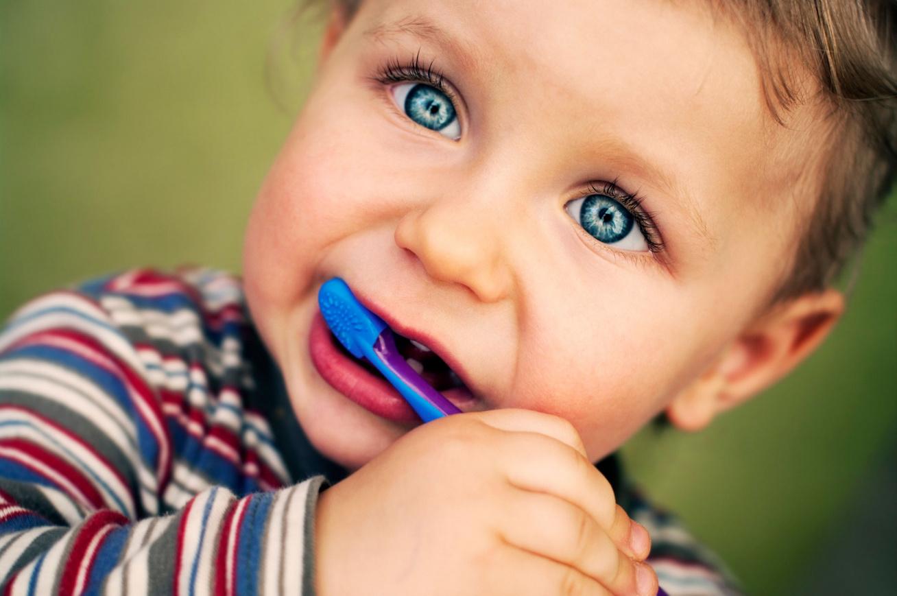 kisgyerek-fogkefevel