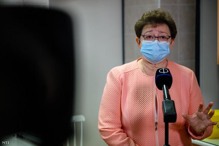 Müller Cecília a Fejér megyei Nagyvenyim orvosi rendelőjében 2020. november 15-én