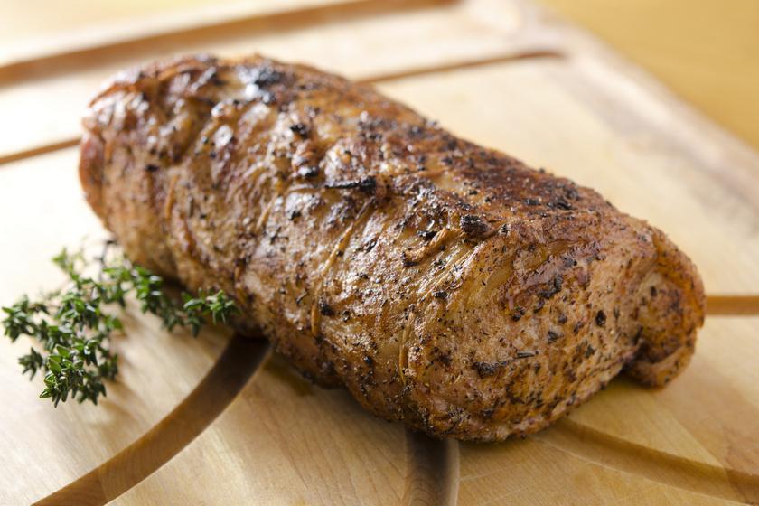 Egészben sült sertéskaraj mustáros kéregben: a hús igazán szaftos, omlós lesz
