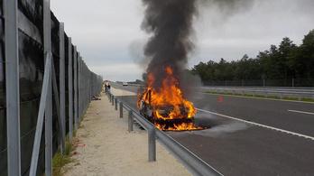 Menet közben gyulladt ki egy autó az M85-ösön