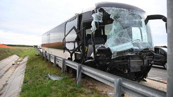 Kamion és autóbusz ütközött az M4-esen, a buszon tízen utaztak