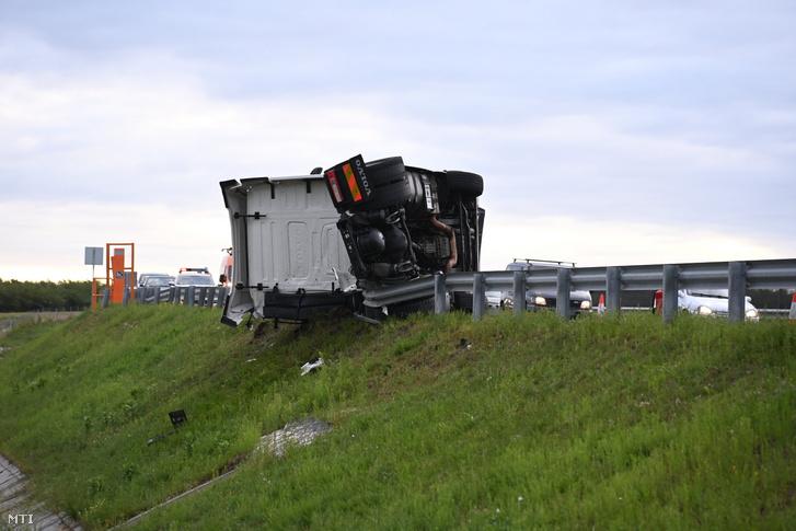 Oldalára borult vontatmány nélküli kamion az M4-es autóút Budapest felé vezető oldalán, Monor közelében, ahol összeütközött egy autóbusszal 2021. augusztus 25-én