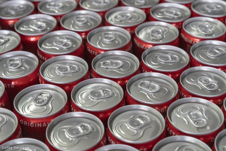 Dobozos kólák a Coca-Cola egyik indiai üzemében