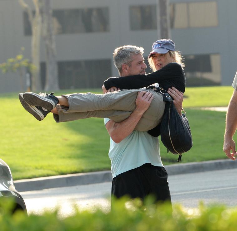 Szerelmüket csak néhány nappal ezelőtt vállalták fel a nyilvánosság előtt, de már a lesifotósok elől sem rejtőzködik Renée Zellweger és új párja, Ant Anstead! A Bridget Jones című filmek sztárja nem zavartatta magát: vad csókcsatát vívtak az utcán