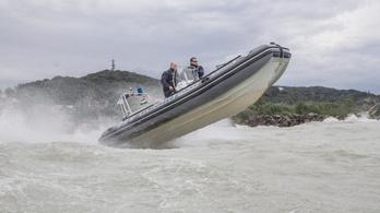 SUP-osokat mentettek a vízirendőrök a Balatonból