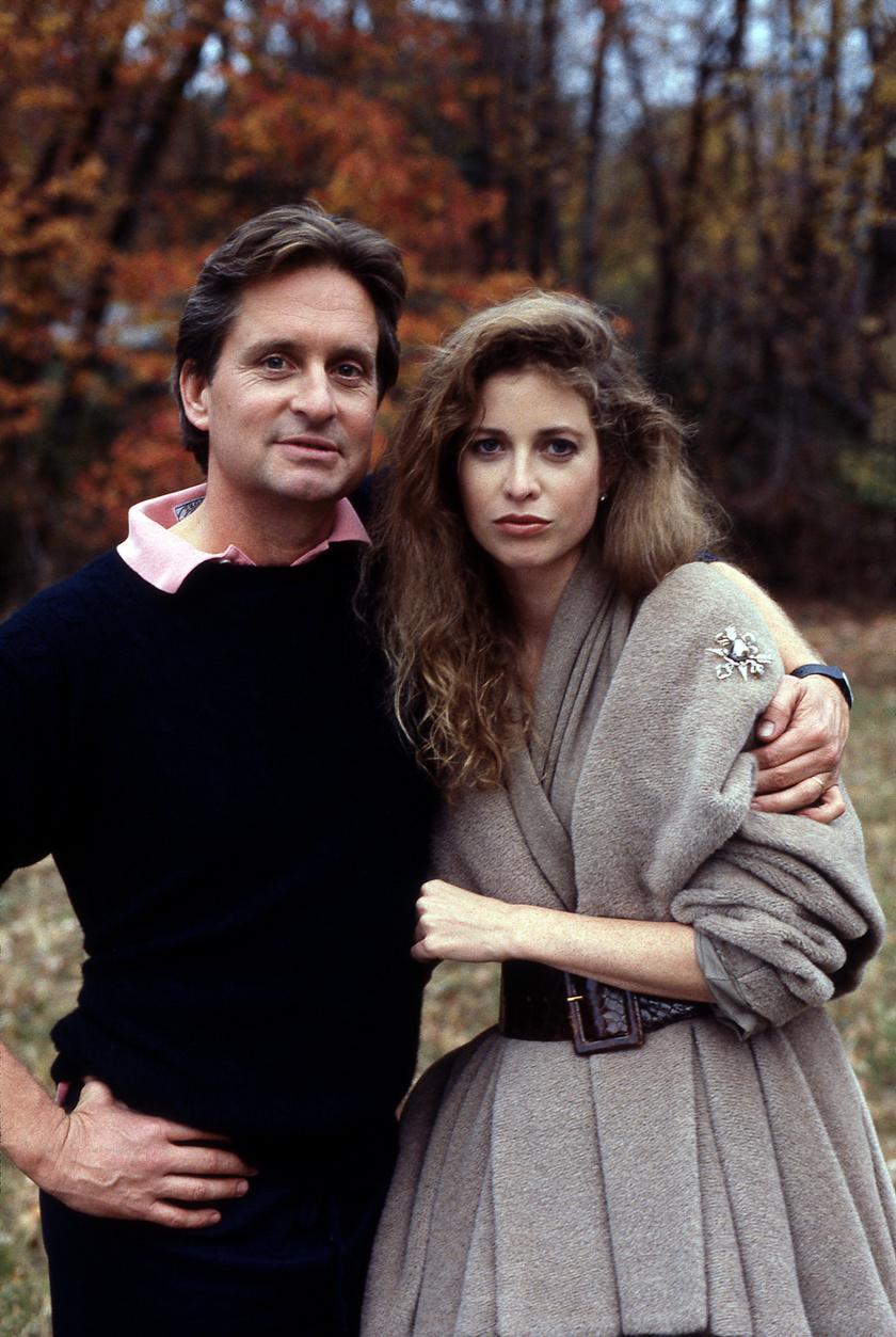 Michael Douglas és Diandra Luker 1970-ben találkozott először egymással Washingtonban. Az akkor 19 éves lány épp a Fehér Házban gyakornokoskodott, a színész pedig a Száll a kakukk fészkére című filmjét népszerűsítette a városban.