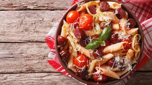 Csípős, kolbászos tészta – friss zöldségekkel lesz az igazi