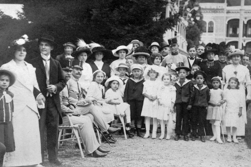1912-es felvétel, háttérben a Rudolf- vagy Rezső-udvar.