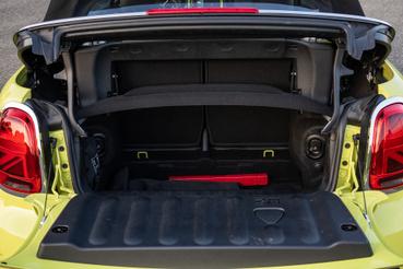 Ha csukva van a tető, megkönnyíthetjük a pakolást az így 215 literes raktérbe és a hátsó üléstámlák is dönthetők