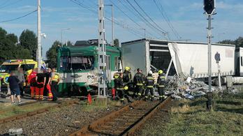 Kamionnal ütközött a HÉV Budapesten