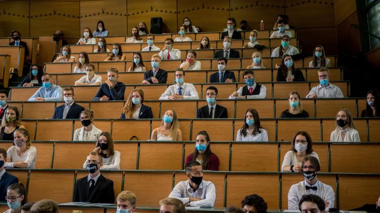 Maszk, lázmérés, vészforgatókönyv – így készülnek a magyar egyetemek