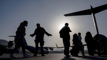 A lengyelek 1300 embert hoztak ki Afganisztánból