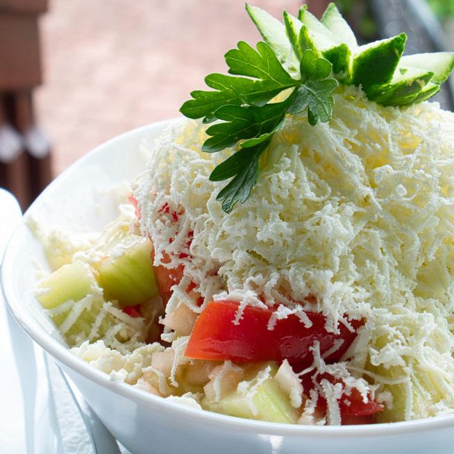 Friss és könnyed sopszka saláta – A bolgárok kedvence rengeteg sajttal készül