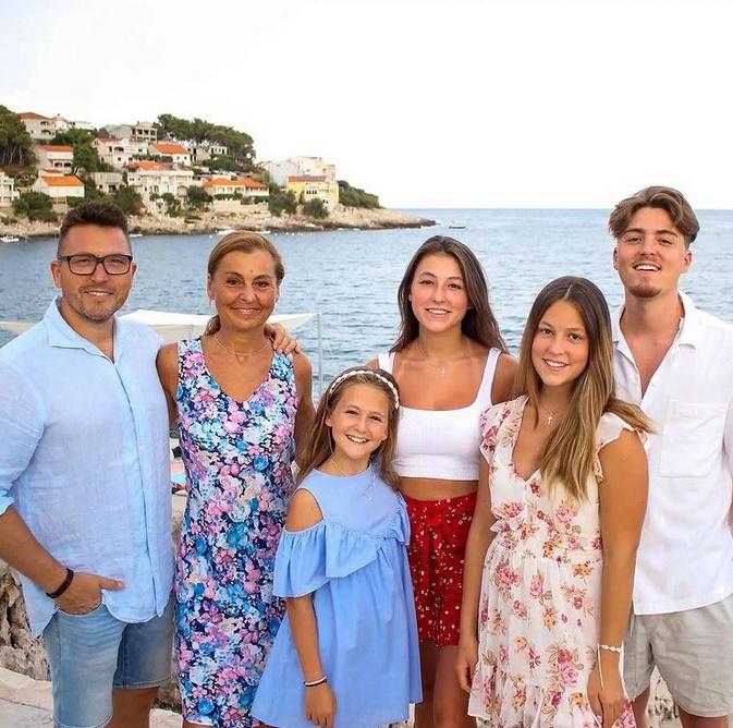 Ákos és Krisztina fia, Márton 23 éves, míg három szép lányuk közül Anna 19, Kata 16, Julcsi 11 esztendős.