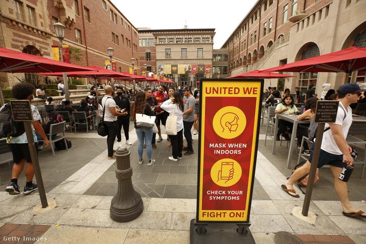 Koronavírusra figyelmeztető tábla a Kaliforniai Egyetem campusán a személyes oktatás első napján, 2021. augusztus 23-án
