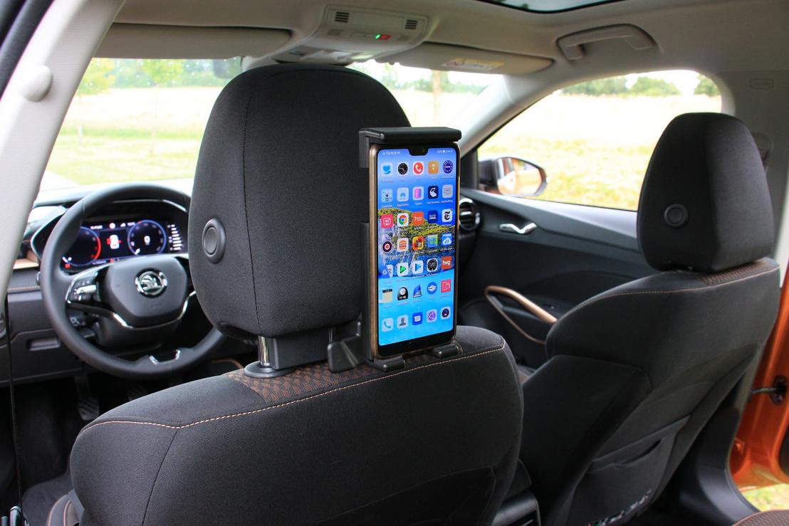 Ügyes a fejtámla alá erősíthető mobil-, vagy tablettartó. Még forgatható is