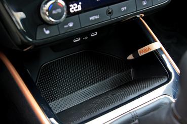 Elöl is USB C csatlakozók, vezeték nélküli mobiltöltő, tároló és tolltartó. Tiszta ötletbörze!