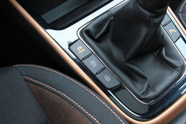 A MODE gombbal lehet váltani az üzemmódok között. Sportban valamivel jobban harap a motor