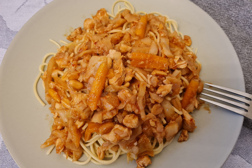 Illatos pirított tészta szójaszósszal és roppanós zöldségekkel: finomabb, mint a büfében kapható