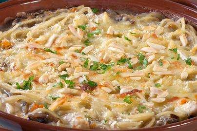 Krémes, sütőben sült tészta puha csirkemellel, rengeteg sajttal és pirult gombával