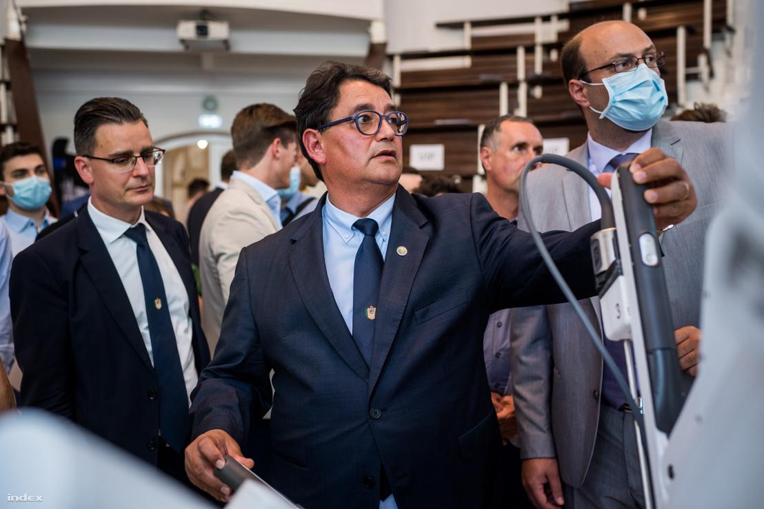 Prof. dr. Merkely Béla, a Semmelweis Egyetem rektora a Da Vinci robotsebészeti eszköz előtt