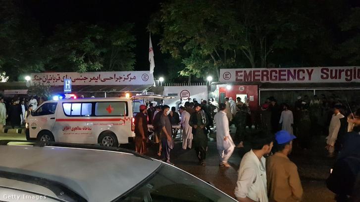 Sérülteket szállítanak kórházba miután a kabuli reptéren robbánasok történtek 2021. augusztus 26-án